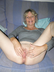 Aged golden-haired shows us her juicy cunt