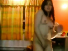 Webcam video with Paki doxy dancing and showing her body