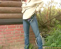 Dummy and hawt dark brown chick in jeans pisses outdoors