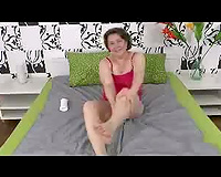 Webcam solo movie with a brunette hair mommy rubbing her hirsute fur pie
