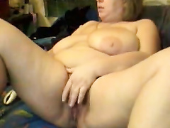 Mature non-professional whore slams her arsehole with a toy during cam show