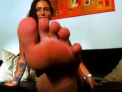 Tanned brunette hair milf demonstrates her feet for the livecam