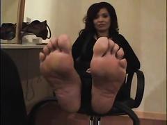 Fat and milfie brunette hair GF has feet to make u cum