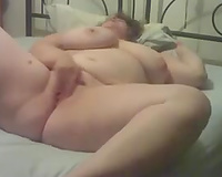 White chubby woman reaming her wet crack in her bedroom