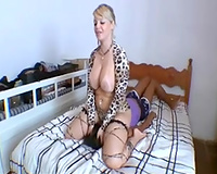 Curvaceous blond wife facesits her diminutive female ally