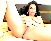 Gorgeous woman fingering her snatch in solo masturbation clip