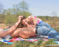 Horny skinny dark brown turns picnic into a great blowjob session
