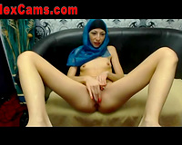 This Arab cam model strokes her delightful fanny like guitar