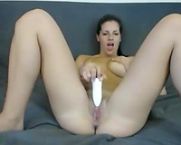 Amateur dark brown moans crazily while masturbating her vag