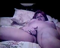 Mature and plump wifey fingering her cum-hole on webcam