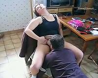 Une bonne chienne chauffée avant le trio orgasm