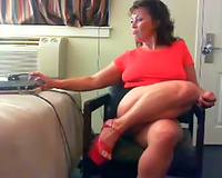 Hot older woman with big booty knows how put on a livecam show