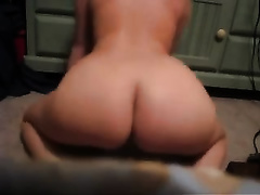 Amateur white chick in her bedroom shakes her ass in doggy style