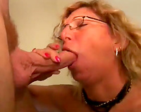 Slutty dilettante cougar calls over her juvenile paramour for a quickie
