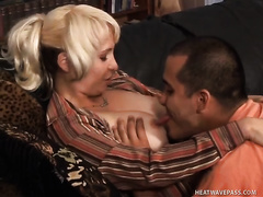 Blonde harlot gives a blowjob after getting her pussy licked