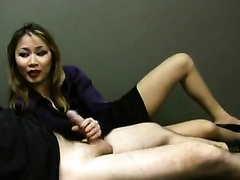 Lucky employee receives a hawt tugjob from Asian sectretary