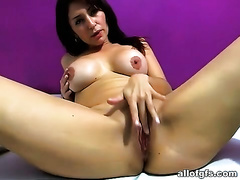 This hot playgirl of course would not mind masturbating for her online viewers