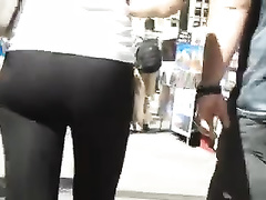 Amateur chick wearing taut legging doesn't know I am filming her