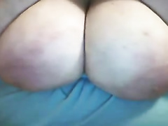 Webcam solo with a aged housewife playing with her funbags
